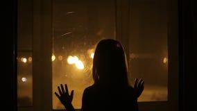 La ragazza urgente contro la finestra video d archivio