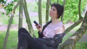 La ragazza utilizza il telefono, parlante