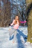 La ragazza va dentro per gli sport nel parco dell'inverno Fotografie Stock