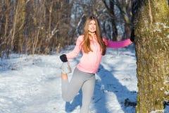 La ragazza va dentro per gli sport nel parco dell'inverno Fotografie Stock Libere da Diritti