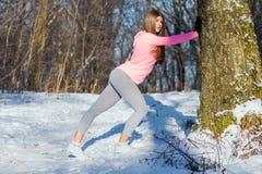La ragazza va dentro per gli sport nel parco dell'inverno Immagini Stock