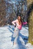La ragazza va dentro per gli sport nel parco dell'inverno Fotografia Stock Libera da Diritti