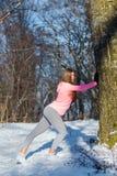 La ragazza va dentro per gli sport nel parco dell'inverno Immagine Stock Libera da Diritti