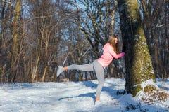 La ragazza va dentro per gli sport nel parco dell'inverno Fotografia Stock