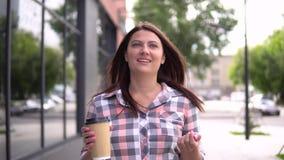 La ragazza va dopo la compera con le borse in sue mani che beve il caffè 4K stock footage