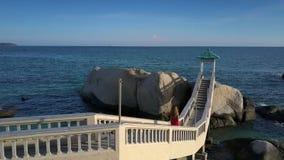 La ragazza va giù sul ponte contro vista sul mare sbalorditiva video d archivio