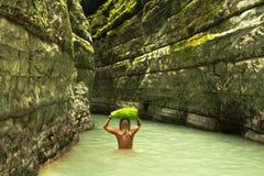 La ragazza va su un canyon profondo nella giungla dell'Abkhazia Immagini Stock