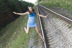 La ragazza va sulle rotaie Fotografie Stock