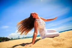 la ragazza in vento del pizzo scuote i capelli lunghi in asana di yoga sulle ginocchia Fotografie Stock Libere da Diritti