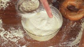 La ragazza versa la farina nella pastella, movimento lento video d archivio