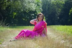 La ragazza, vestita nei sari di cultura indiana fotografia stock