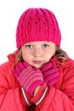 La ragazza in vestiti di inverno che si abbraccia ha isolato immagini stock libere da diritti