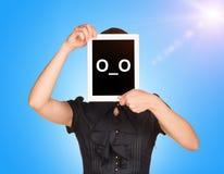 La ragazza in vestito nero ha coperto il suo fronte  Fotografie Stock Libere da Diritti