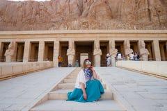 La ragazza vicino al tempio antico a Luxor, Egitto Fotografia Stock
