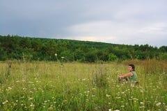 La ragazza vicino alla foresta verde Immagini Stock Libere da Diritti