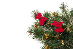 La rama del árbol de navidad con las agujas cortas adornó las campanas y los arcos aislados en el fondo blanco Fotografía de archivo