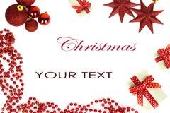 La rama del árbol de navidad con las agujas cortas adornó los juguetes aislados en el fondo blanco Fotografía de archivo