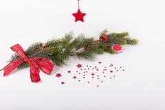 La rama del abeto con la cinta, el corazón y el rojo rojos protagoniza a las FO Imagen de archivo libre de regalías
