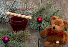 La rama del abeto, la taza de té y el juguete llevan, aún vida Fotos de archivo libres de regalías