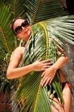 La rama ocultada muchacha de la palma Fotografía de archivo
