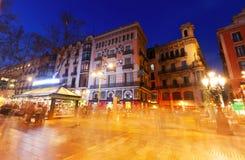 La Rambla in avond Straat één van symbool van Barcelona Stock Afbeeldingen