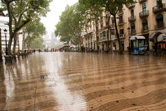 La Rambla Barcelona in regen Royalty-vrije Stock Foto's