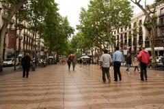 La Rambla Barcelona in regen Stock Afbeelding