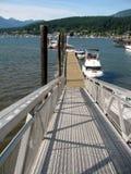 La rampe et le pilier de bateau avec les bateaux, mettent en communication déprimé Images stock