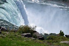 La rangée bleue de l'eau cascade aux chutes du Niagara à New York Image libre de droits