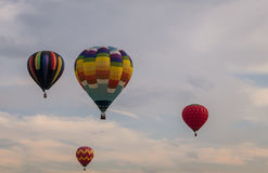 La rangée colorée de ballons à air chauds flottent par le ciel au crépuscule au ` s de Warren County Farmer loyalement sur 8/1/17 Photos stock