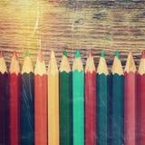 La rangée de couleur dessin crayonne le plan rapproché sur le vieux bureau Photographie stock libre de droits