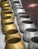 La rangée de l'aumône argentée et d'or roule dans le temple bouddhiste images stock