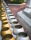 La rangée de l'aumône argentée et d'or roule dans le temple bouddhiste photos libres de droits