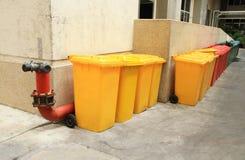 La rangée de réutilisent des poubelles Photo libre de droits
