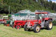 La rangée de vieux tracteurs Images libres de droits
