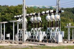 La rangée dense de matériel électrique à la centrale locale avec l'appui en métal pour les verres en céramique et s'est reliée à image libre de droits