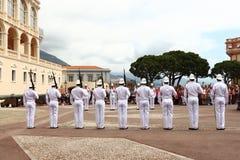 La rangée des gardes s'approchent du palais du ` s de prince, ville du Monaco Image libre de droits