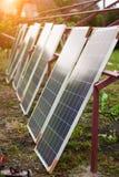 La rangée des panneaux voltaïques de nouvelle photo solaire s'est penchée au futur cadre de plate-forme en métal prêt à installer photographie stock libre de droits
