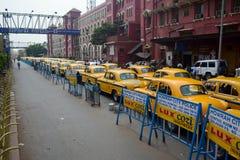 La rangée des taxis jaunes s'approchent de la gare ferroviaire Photo libre de droits