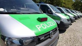 La rangée du Bavarois se garant, police verte allemande transporte Polizeibus Major Police Unit en fonction banque de vidéos