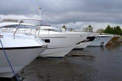 La rangée du luxe fait de la navigation de plaisance l'amarrage dans le port Photo stock