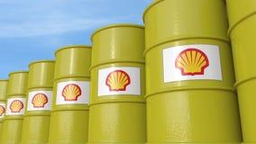 La rangée du métal barrels avec le logo de Royal Dutch Shell contre le ciel, le rendu 3D éditorial Images libres de droits