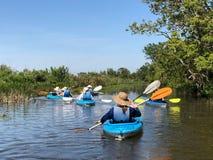 La rangée, rangée, rament votre bateau heu, kayaks photos stock
