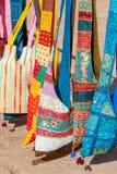 La rappezzatura decorativa insacca su un mercato di strada nel Ragiastan, India Fotografia Stock