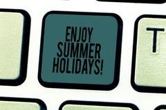 La rappresentazione concettuale di scrittura della mano gode delle vacanze estive Il testo della foto di affari rilassarsi e gode illustrazione di stock