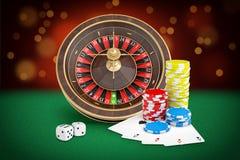 la rappresentazione 3d dei supporti delle roulette del casinò su una tavola ritenuta verde con le carte, i dadi ed i chip ha disp illustrazione di stock