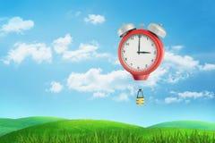 la rappresentazione 3d di un volo d'annata rosso gigante dell'orologio sopra un prato verde gradisce una mongolfiera con un canes immagini stock libere da diritti