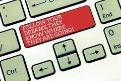 La rappresentazione del segno del testo segue i vostri sogni che sanno dove stanno andando La foto concettuale compire la chiave  immagini stock libere da diritti