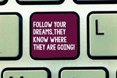 La rappresentazione del segno del testo segue i vostri sogni che sanno dove stanno andando La foto concettuale compire la chiave  fotografie stock