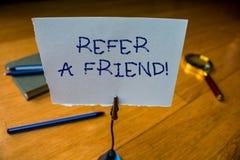 La rappresentazione della nota di scrittura fa riferimento un amico Montrare della foto di affari dirige qualcuno verso un altro  immagini stock